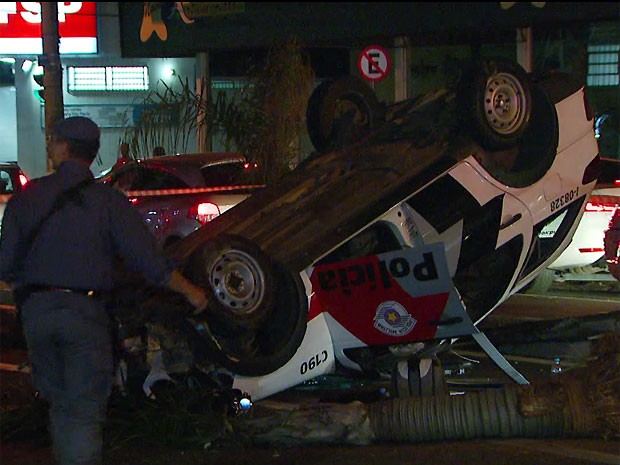 Carro parou no canteiro central da avenida próximo de um posto de combustível (Foto: Reprodução/ EPTV)