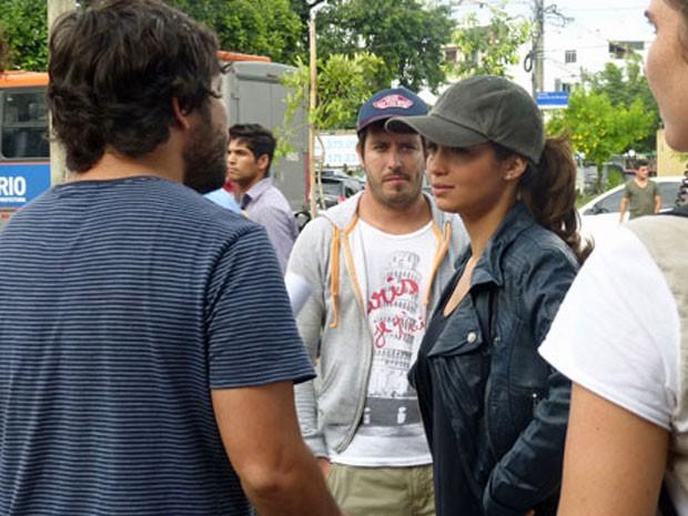 Nanda Costa recebe as instruções do diretor (Foto: Salve Jorge/ TV Globo)