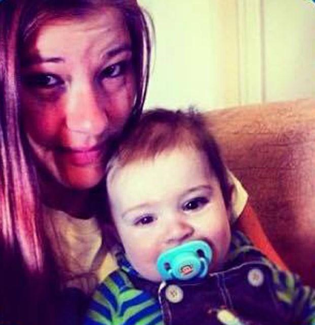 Casey em outra imagem com o filho Zayden, que foi morto aos 10 meses (Foto: Reprodução / Facebook)