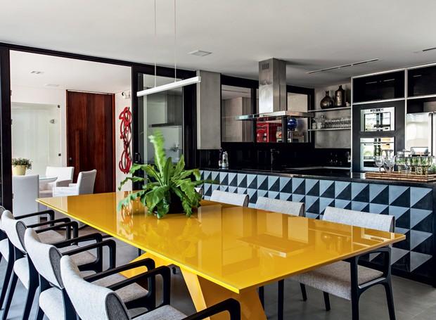 A área é separada da cozinha pela bancada de granito preto São Gabriel com painel de ladrilhos hidráulicos Barbacena, da Pavimenti. Móveis da Home Design (Foto: Xico Diniz/Divulgação)