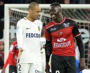 Fabinho conversa com Alexandre Mendy em Guingamp x Monaco (Foto: FRED TANNEAU / AFP)