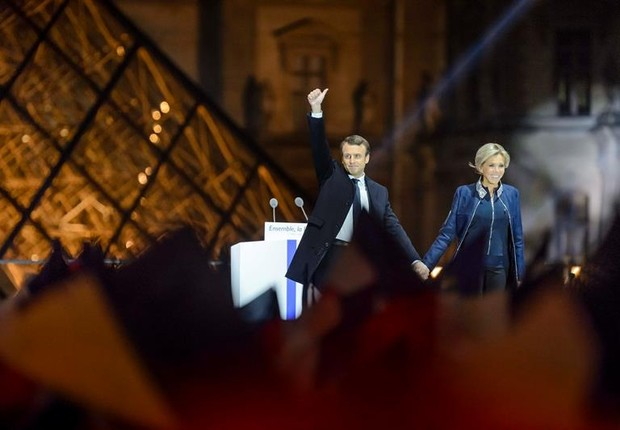 Macron comemora vitória nas eleições da França ao lado de sua esposa, Brigitte Trogneux, em frente ao Louvre (Foto: EFE/EPA/CHRISTOPHE PETIT )