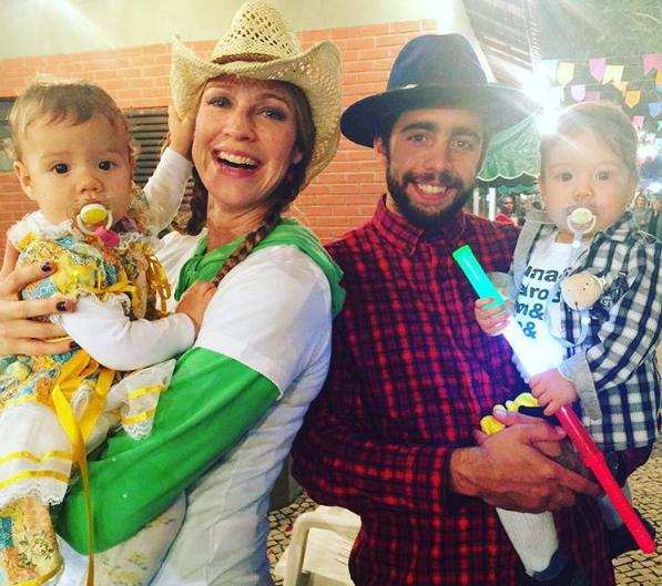 Luana Piovani com o marido e os gêmeos  (Foto: Reprodução/Instagram)
