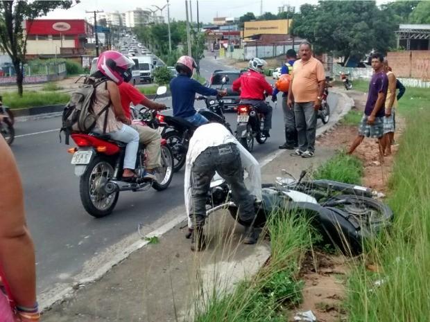 Acidente ocorreu no sentido centro da Avenida Cosme Ferreira (Foto: Suelen Gonçalves/G1 AM)