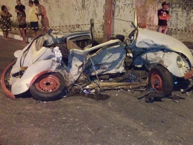Veículo que levava os três rapazes ficou completamente detruído após a colisão (Foto: Moana Almeida/Arquivo Pessoal)
