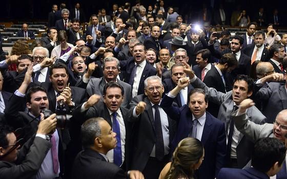 Parlamentares pedem renúncia da presidente Dilma Rousseff durante sessão na Câmara nesta quarta-feira (16) (Foto: Agência Câmara)