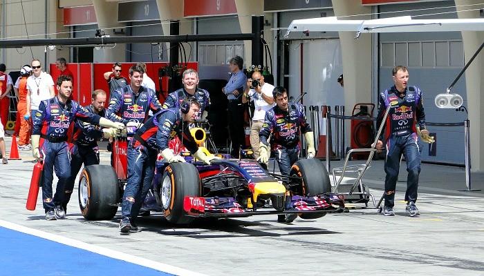 Carro de Sebastian Vettel é empurrado de volta aos boxes