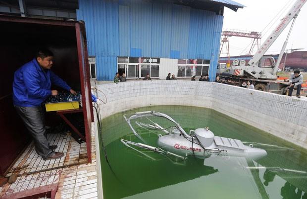 Zhang Wuyi testou seu submarino não-tripulado em uma piscina artificial  (Foto: Reuters)