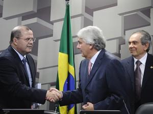 Alexandre Tombini, presidente do BC (esq.), cumprimenta o presidente da CAE, Delcídio Amaral (Foto: Edilson Rodrigues/Agência Senado)