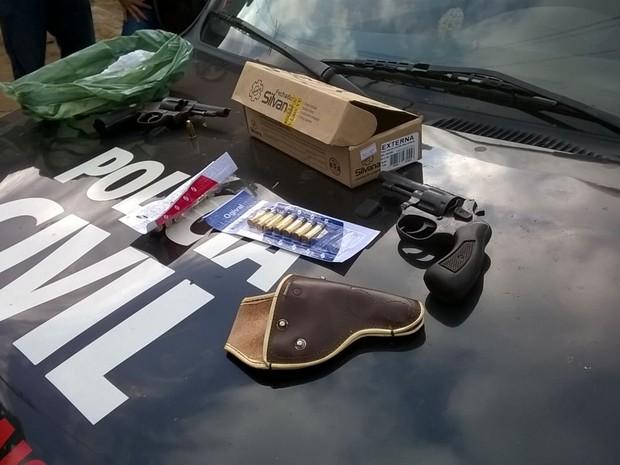 Armas e munição foram apreendidas na operação. (Foto: reprodução/Polícia Civil)
