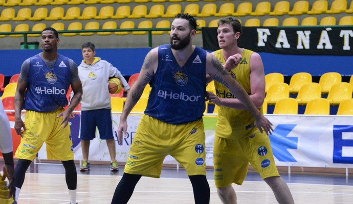 Caio Torres pivô Mogi das Cruzes basquete (Foto: Cairo Oliveira)