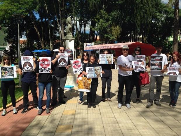 Ativistas se reúnem na praça da República em São Roque  (Foto: Jéssica Pimentel/ G1)