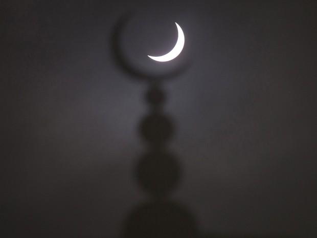 Eclipse parcial é visto junto a símbolo de mesquita em Oxford, na Inglaterra, nesta sexta-feira (20) (Foto: Eddie Keogh/Reuters)