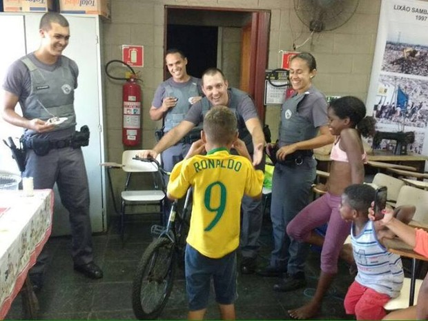 Menino recebe bicicleta de presente (Foto: Polícia Militar / Divulgação)