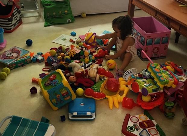 Sophia, filha de Flávia Monteiro, cercada por brinquedos (Foto: Reprodução/Instagram)