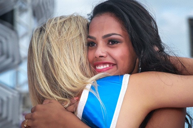 Gabrielle é abraçada pela antecessora, Marina Streit (Foto: Jefferson Bernardes/Agência Preview)
