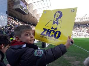 Torcedor exibe painel em homenagem a Zico antes de jogo do Udinese (Foto: Reprodução de Twitter)