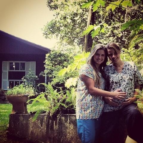 Debby Lagranha ganha carinho no barrigão de amiga (Foto: Facebook)