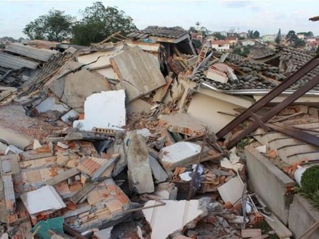 Moradia no bairro Maria Céu, em Criciúma, tinha dois andares (Foto: Douglas Saviato/Portal Engeplus)