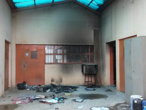 Chamas no depósito foram apagadas pelos policiais (Foto: Eliete Marques/ G1)