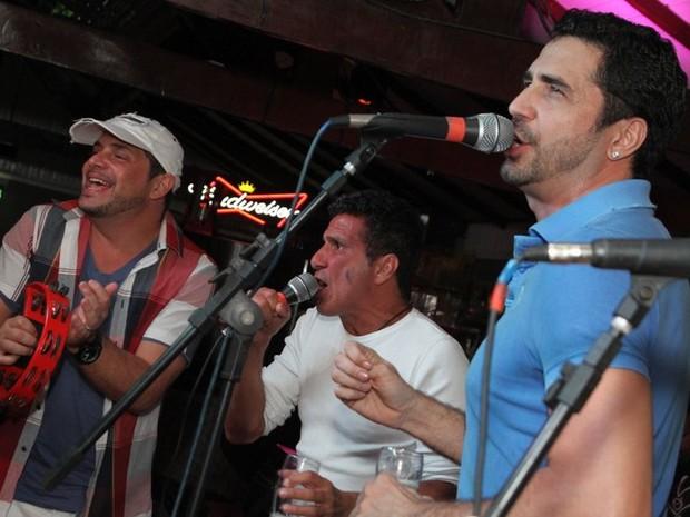 Conrado, Eri Johnson e Latino em show no Rio (Foto: Anderson Borde/ Ag. News)