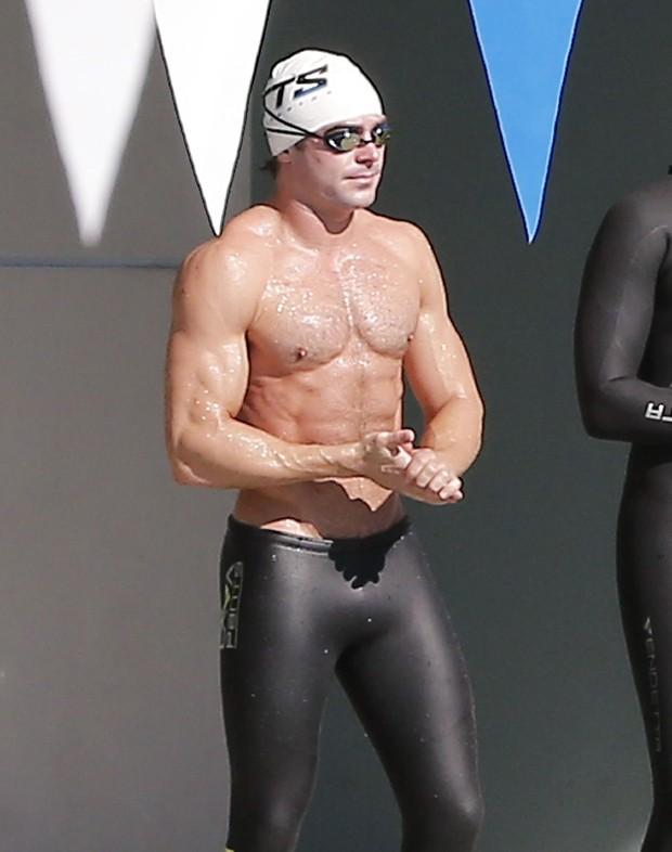 Hot! Zac Efron paga cofrinho e exibe abdômen sarado em aula de natação