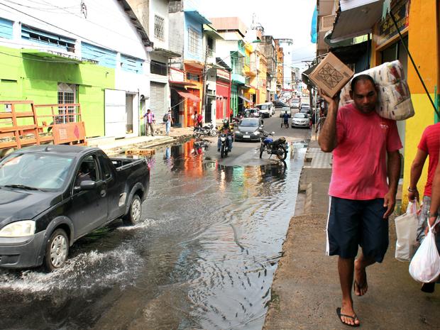 Rua dos Barés, no Centro de Manaus, é a primeira a ficar comprometida pela subida das águas (Foto: Luis Henrique Oliveira/G1 AM)