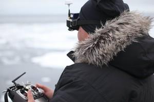 Lucas pilota o drone enquanto a câmera fica sob a responsabilidade de um outro operador (Foto: Planeta Extremo)