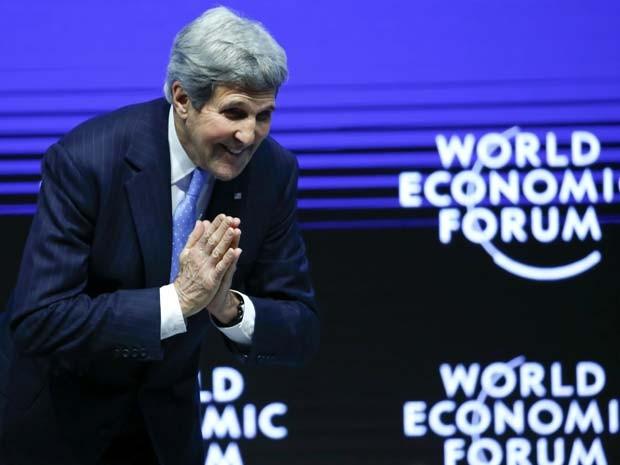 John Kerry agradece plateia após seu discurso no Fórum Econômico Mundial nesta sexta-feira (23) em Davos, na Suiça (Foto: REUTERS/Ruben Sprich)