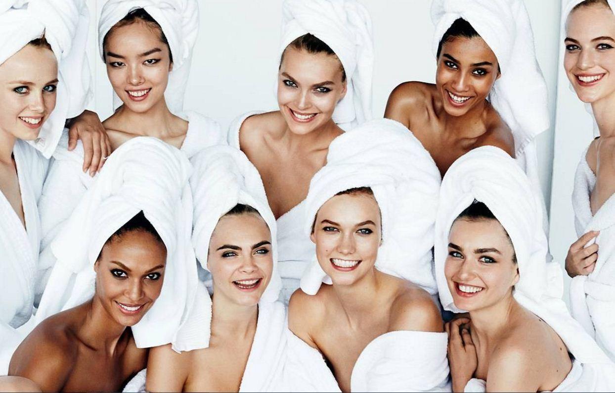 Tops nos bastidores da Towel Series, famosa série online de Mario Testino  (Foto: Reprodução/Instagram)