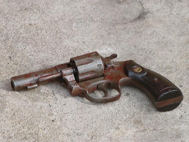 Arma usada por suspeito de assalto em Divinópolis (Foto: TV Integração/Reprodução)