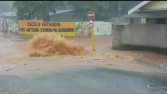 Chuva forte forma buraco em obra de galeria de esgoto em Bauru