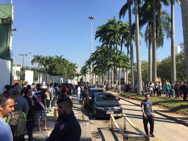 Torcedores do Vasco fazem fila na sede do Calabouço, no Centro (Foto: Raphael Zarko)