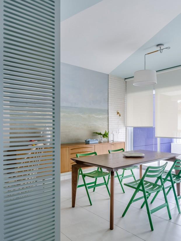Apartamento de 80 m² celebra a calmaria e o aconchego da praia