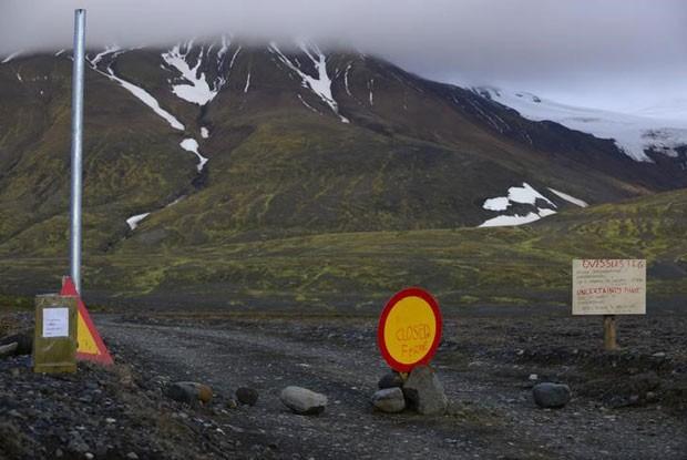 Sinais de alerta são vistos na estrada para o vulcão Bardarbunga, na Islândia, em 19 de agosto (Foto: Sigtryggur Johannsson/Reuters)
