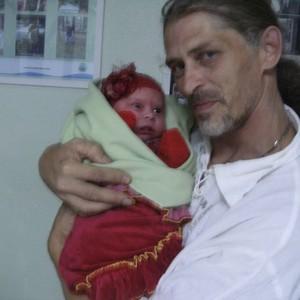 Emerson Guimarães e a filha Yuja Kali, que nasceu de cesárea por determinação da Justiça do RS (Foto: Arquivo pessoal)