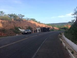 Agentes da PRF foram até o local e resgataram uma criança (Foto: Divulgação/ PRF)
