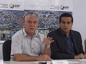 O secretário de Habitação do DF, Geraldo Magela (esquerda), e o adjunto da secretaria, Rafael Oliveira, durante anúncio do lançamento de página na internet nesta segunda-feira (6) (Foto: Raquel Morais/G1)