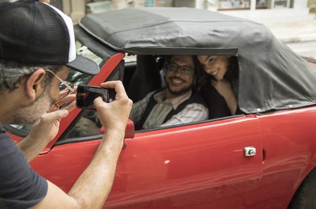 O diretor Caetano Caruso faz uma foto de Lúcio Mauro Filho e Gabriela Medvedovski em 'Malhação' (Foto: TV Globo/Victor Pollak)