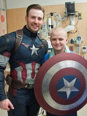 Chris Evans posa, vestido de Capitão América, com paciente de hospital infantil de Seattle (Foto: Reprodução/Twitter/seaTtle Children's)
