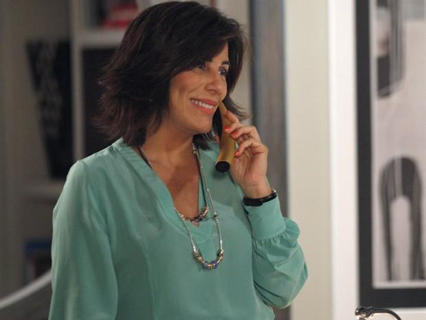 Roberta fica toda animadinha falando com Nando ao telefone (Foto: Guerra dos Sexos / TV Globo)