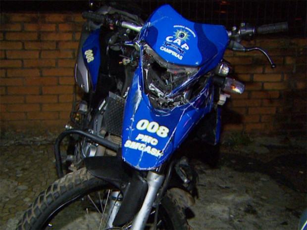 Moto da guarda municipal que foi atingida por carro de policial militar em Campinas (Foto: Reprodução / EPTV)