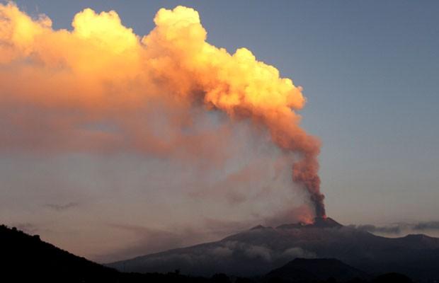 Vulcão do monte Etna é visto do vilarejo de Viagrande, na Itália, neste sábado (26) (Foto: Carmelo Imbesi/AP)