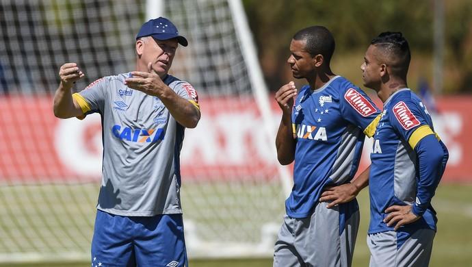 Mano Menezes conversa com Edimar e Bryan (Foto: Washington Alves / Lightpress)