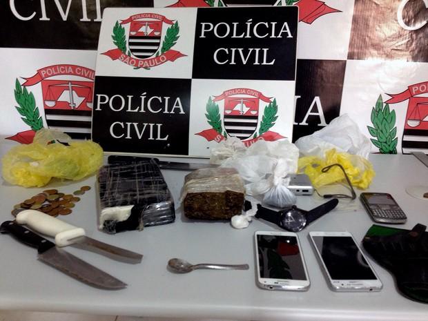 Objetos e drogas foram localizados na residência do suspeito (Foto: Polícia Civil/Divulgação)