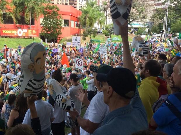 Público protesta na Avenida Ghoethe, em Porto Alegre (Foto: Jonas Campos/RBS TV)