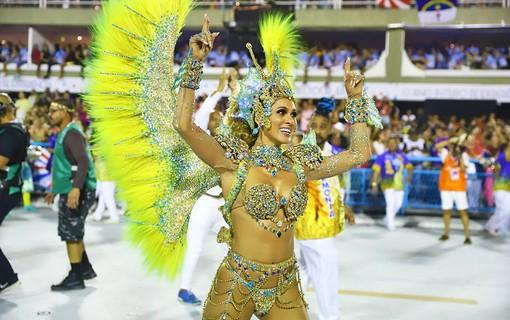 Lívia Andrade desfila pela Paraíso do Tuiuti