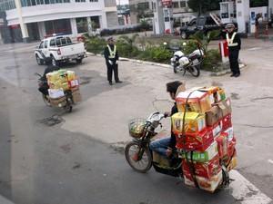 Cargas exageradas e inseguras são levadas em motos costumeiramente na China (Foto: Rafael Miotto/G1)