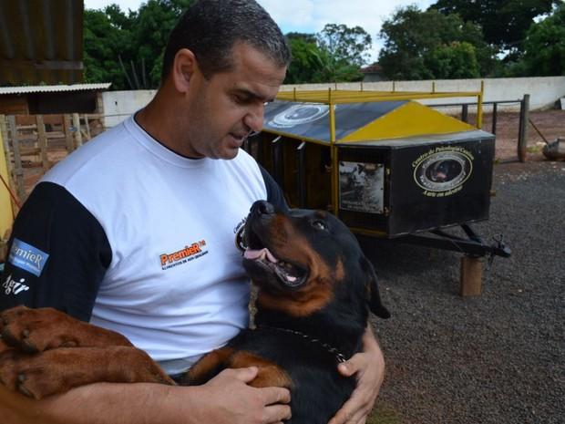 Cães reabilitados trabalham como seguranças em imóveis vazios  (Foto: Fausto Daniel)
