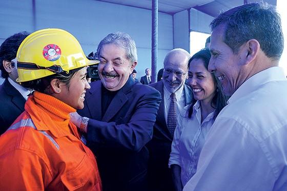 COMPANHIA O ex-presidente Lula e o lobista Alexandrino Alencar (ao fundo, de gravata) em visita ao Peru, em 2013. Os dois são amigos e costumam se cumprimentar com beijos no rosto durante as viagens que fazem juntos (Foto: reprodução)